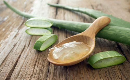 aloe-vera-gel-on-wooden-spoon-1