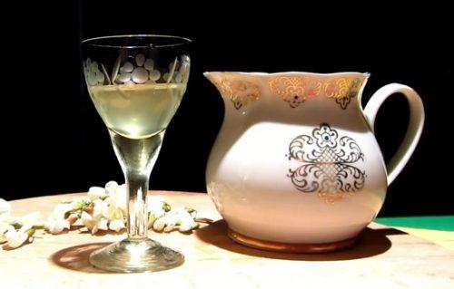 domashnyaya-nastojka-na-cvetkax-beloj-akacii